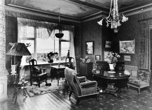 Interiørbilde fra 1930-tallet. Blomstrete linoleum p gulvet. Senere ble det lagt parkett på gulvet.