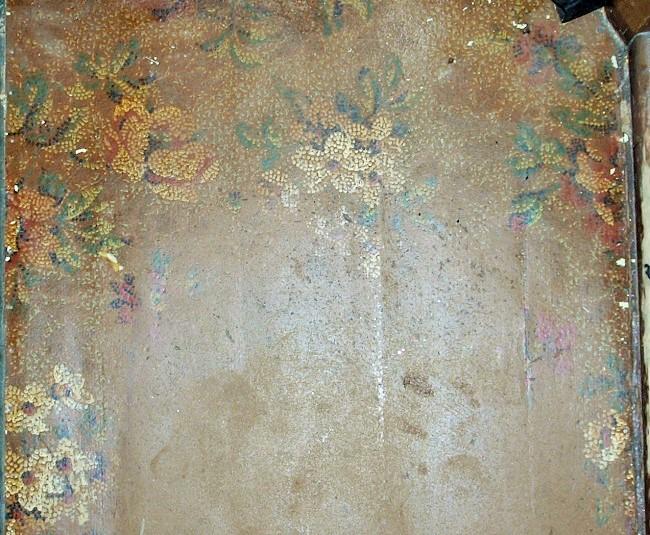 En rest av belegget på bildet over ble funnet inne i anretningen. Her har ikke mønsteret vært trykket helt gjennom linoleumen, blomstrene synes bare langs veggene.