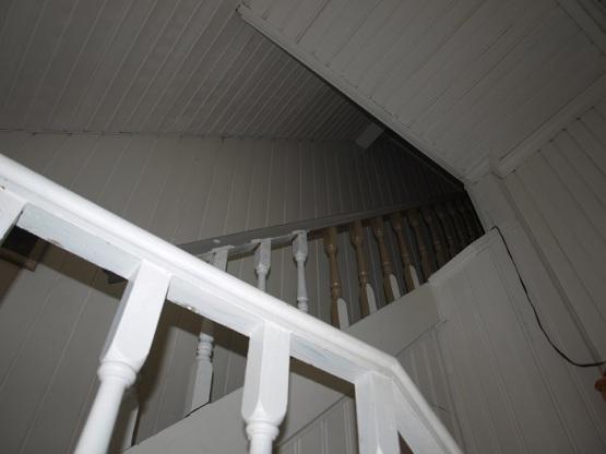 Trapp opp til loftet. Den originale fargen er bevart på trinnene og på deler av rekkverket. Vi får litt av en jobb med å fjerne hvitmaling etter hvert....