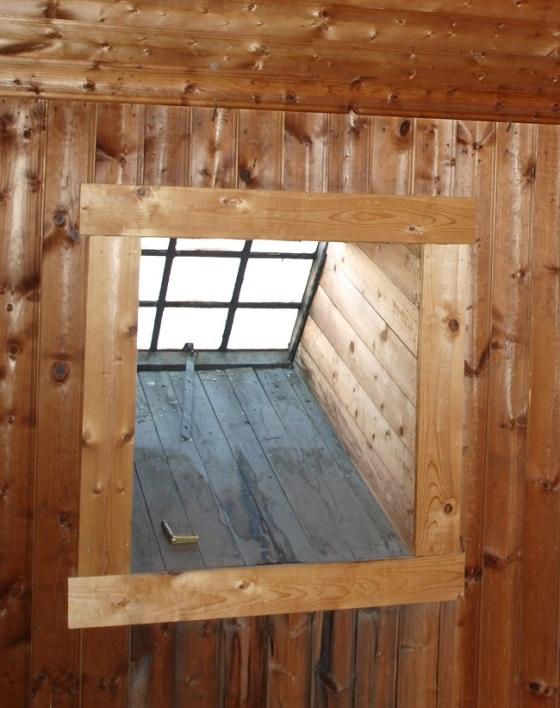 Et av to vinduer i loftsrommet som ble brukt av stuepiken.