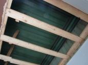 Over det senkede taket dukket det opp mørkegrønn panel med grønne og lilla taklister. Veggen har hatt en lysere grønnfarge.