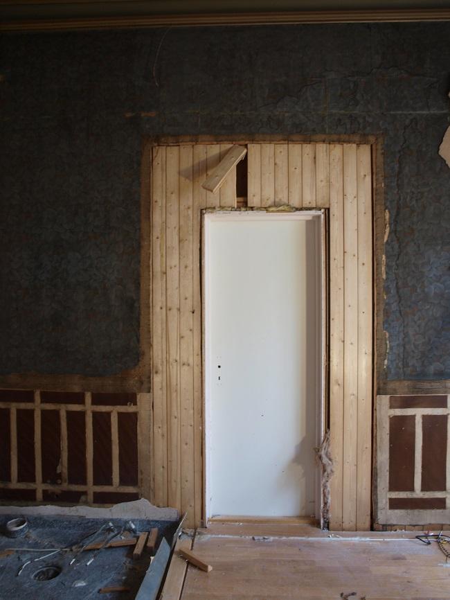 Stor spenning da vi fjernet plater foran den gamle døråpningen. Her har det vært en dobbel dør, rommet vil bli ganske annerledes når den lave og smale 50-tallsdøra tas ut.