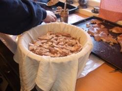 Svor, flesk, lyst og mørkt svinekjøtt og kokt kalvekjøtt legges lagvis i en form som er dekket av et vått klede. Innimellom lagene krydres det.