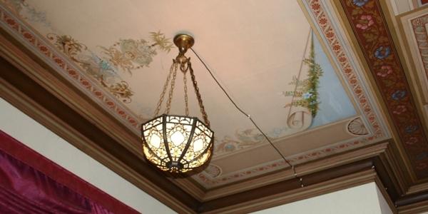 Lampa på plass igjen, med lys i, på samme sted den hang for over 80 år siden.