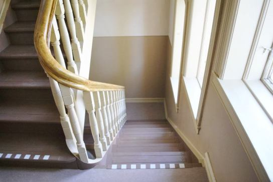 Linoljemalt trapp og gelender på Ås Universitet i Østfold. Det behyttes i år WIBO linoljemaling på 6 trehus, utførende maler er malermester Buer.