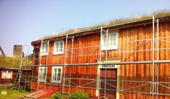 Åsengården på Røros er her grunnet med WIBO linoljegrunning som gir et optimalt utgangspunkt for videre påføring med linoljemaling