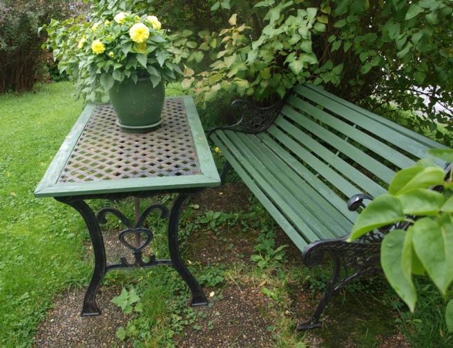 Linoljemalt hagebenk og hagebord
