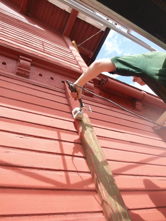 Vi bruker Spotheater Cobra flittig (fås kjøpt i nettbutikken) - denne er optimal til malingsfjerning på finere detaljer og på listverk (Foto: Villa Bergfall)