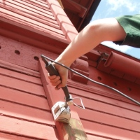 Skraping, malingsfjerning og maling - sørveggen Villa Bergfall